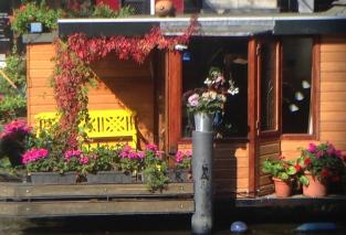 houseboat entrance amsterdam